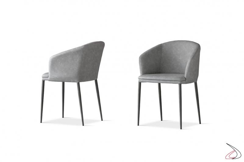 Poltroncina moderna per la sala da pranzo con gambe in metallo e rivestimento in ecopelle