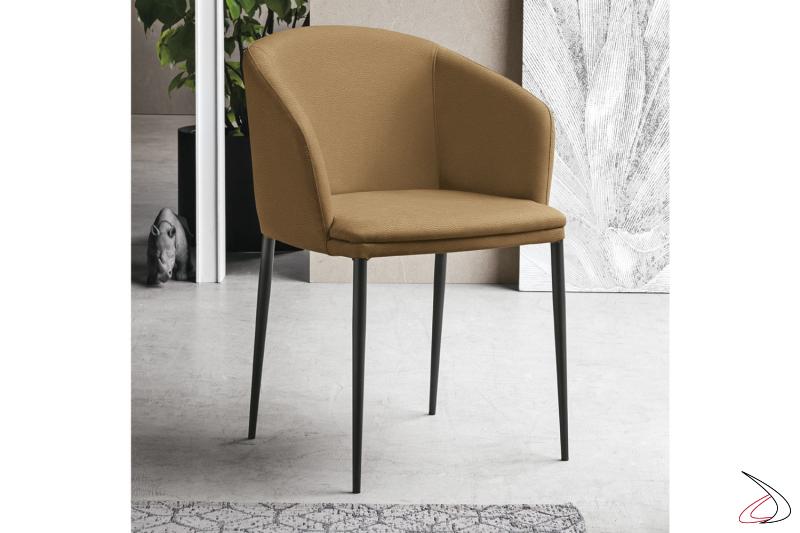 Poltroncina moderna elegante con schienale curvo per tavolo soggiorno