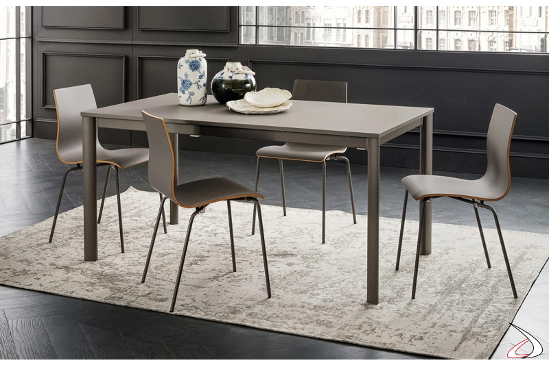 Tavolo allungabile con struttura in alluminio grigio londra e piano in hpl