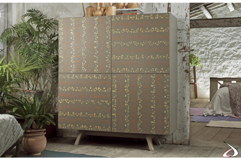Credenza di design con ante decorate a mano