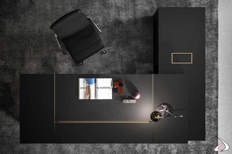 Scrivania ad angolo presidenziale nera con dettagli in ottone, piano scorrevole e base bifacciale porta documenti.