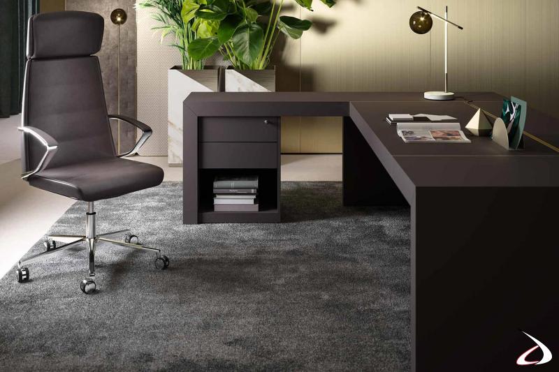 Scrivania moderna da ufficio ad angolo da manager con cassettiera e piano scorrevole passacavi con dettagli in ottone