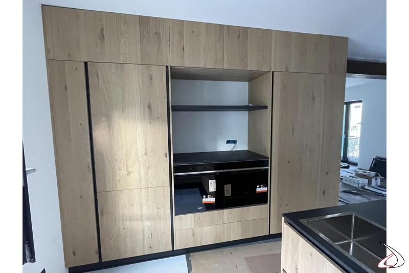 Progetto e realizzazione cucina moderna con penisola in legno rovere nodato