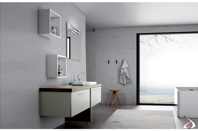 Bagno moderno con pensili a giorno e specchiera
