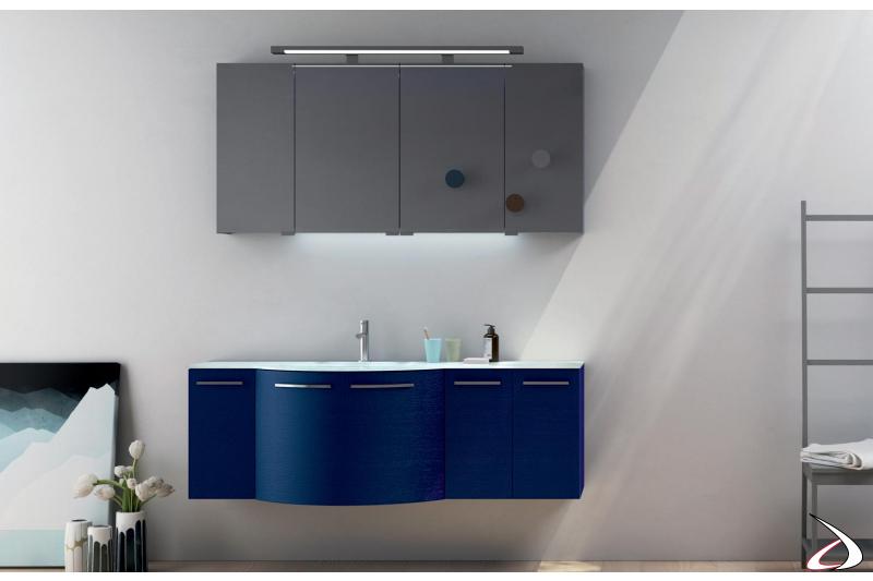 Arredo bagno curvo colorato con specchio contenitore