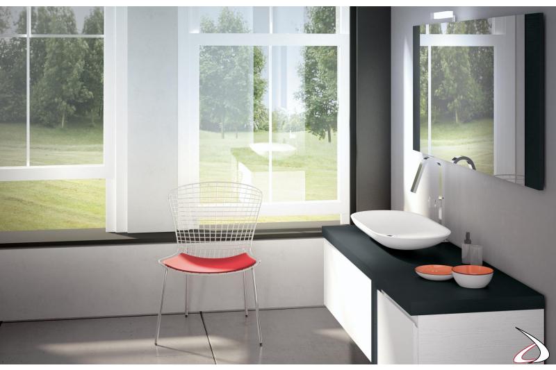 Arredo bagno di design con specchiera e lavabo soprapiano