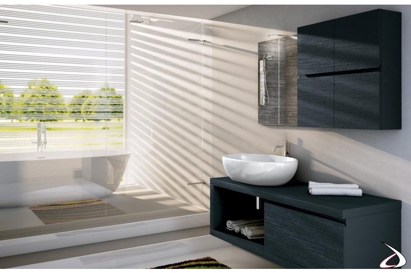 Bagno moderno di design completo di pensili e specchiera
