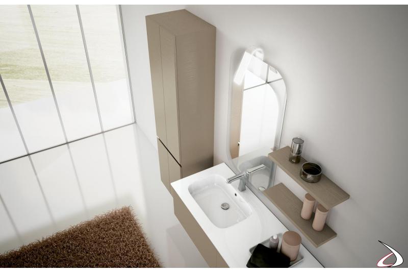 Bagno sospeso con colonna, specchiera e mensole