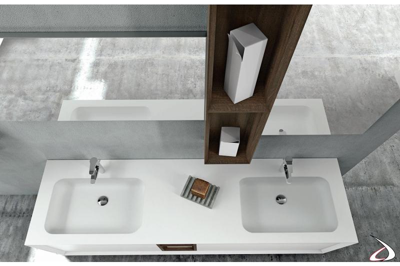 Due lavabi con relative specchiere divise da un pensile centrale