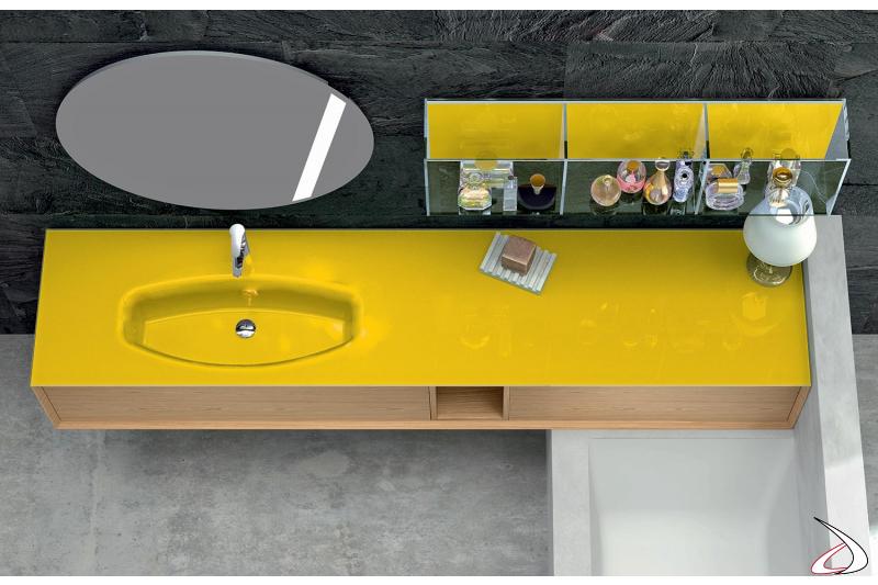 Vista dall'alto del lavabo in vetro integrato e del pensile a vetro con divisori.