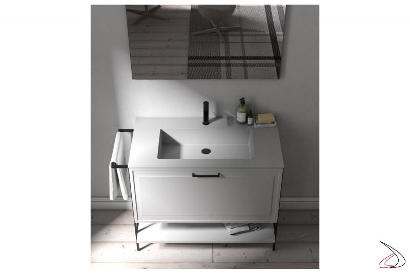 Bagno bianco con cassettone, mensola inferiore e gambe in metallo con porta asciugamani