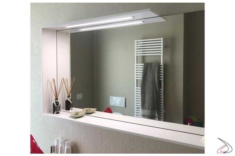 Specchio moderno bagno con cornice, mensola porta oggetti e striscia a led