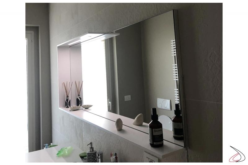 Specchiera sospesa da bagno laccata bianco opaco con striscia led a luce fredda
