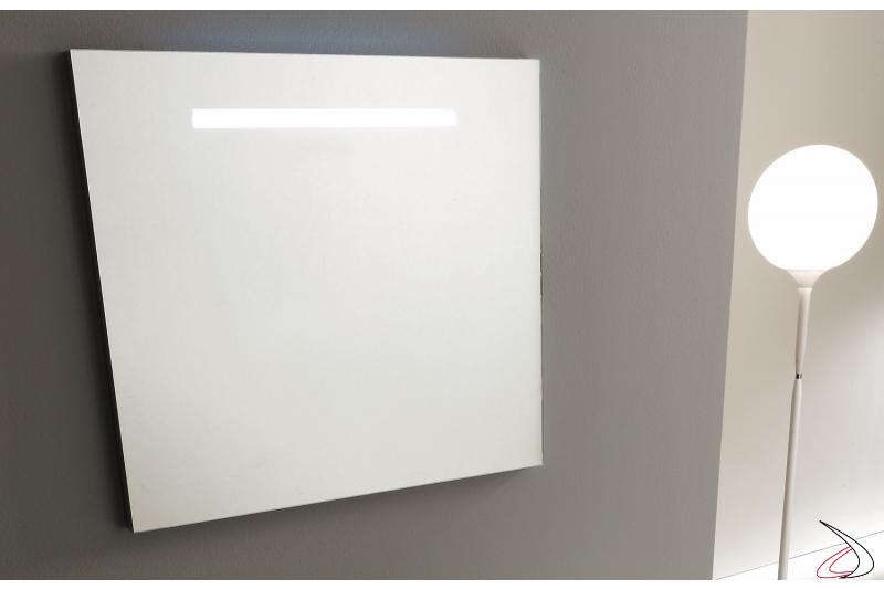 Specchera quadrata da bagno con luce led integrata superiormente