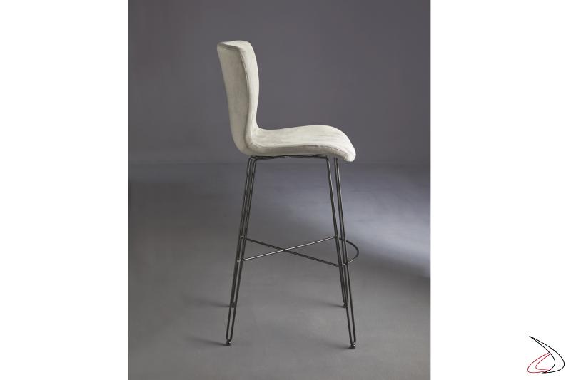 Sgabello moderno con struttura in tondino di acciaio e seduta in tessuto.