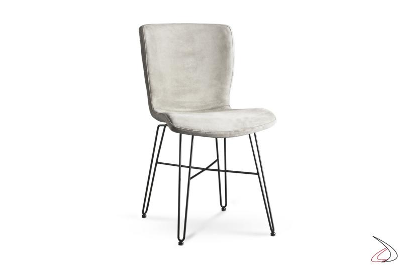 Sedia moderna con struttura in tondino d'acciaio e seduta in tessuto.