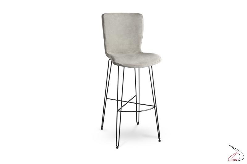 Sgabello di design moderno con seduta in tessuto.