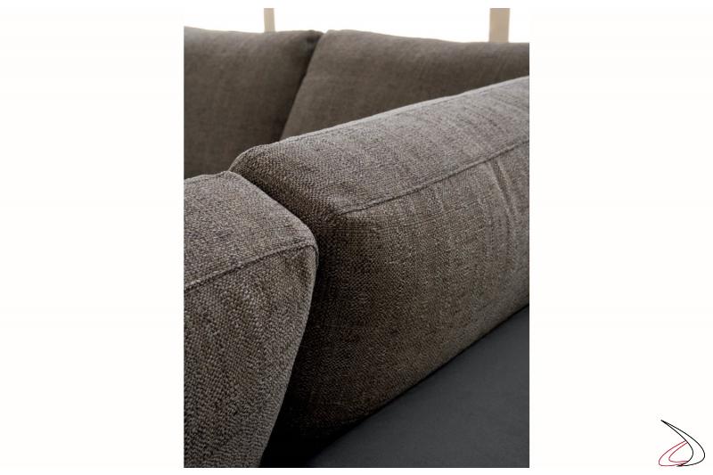 Dettaglio cuscini in appoggio in tessuto