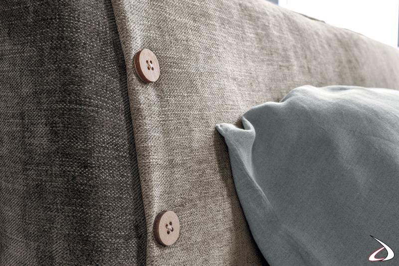 Letto in tessuto sfoderabile bicolore con bottoni decorativi sulla testiera