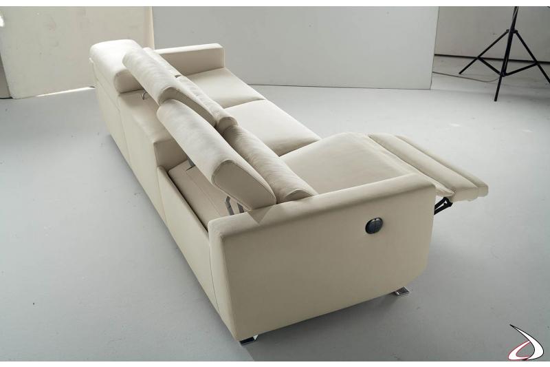 Divano con meccanismo elettrico e poggiatesta reclinabile