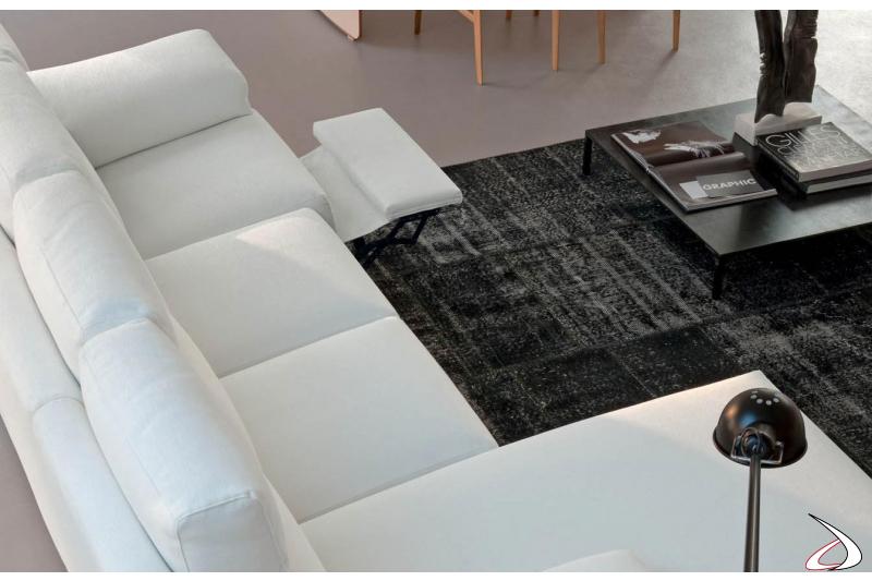 Divano bianco con chaise lounge con poggiapiedi