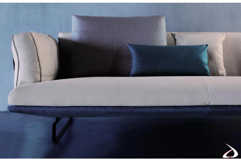 Divano moderno bicolore con cuscini in piuma