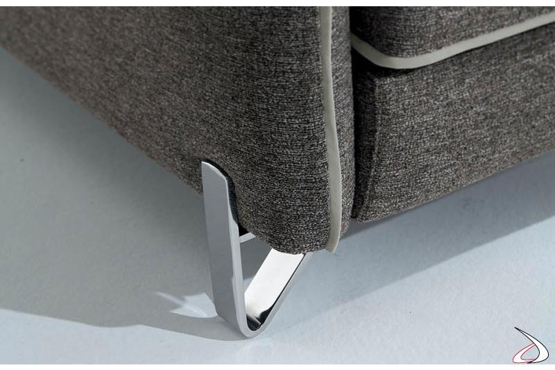 Divano moderno reclinabile con piedini alti cromati