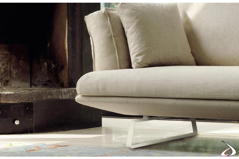 Divano design con chaise longue e piedini alti in metallo