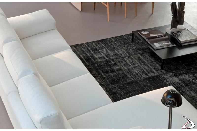 Divano bianco con chaise lounge e meccanismo recliner