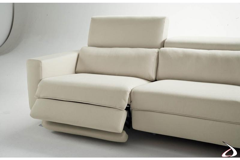 Divano con seduta estensibile elettrica e poggiatesta reclinabile