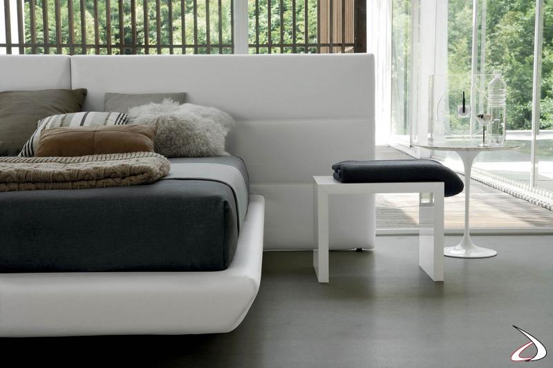 Letto di design in ecopelle bianca con testiera larga e giroletto con contenitore