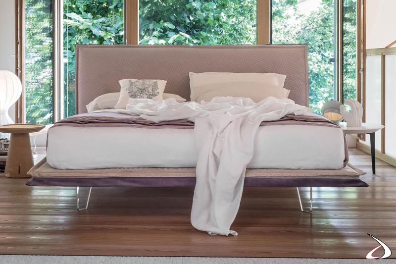 Letto di design king size in tessuto bicolore sfoderabile e piedini alti trasparenti