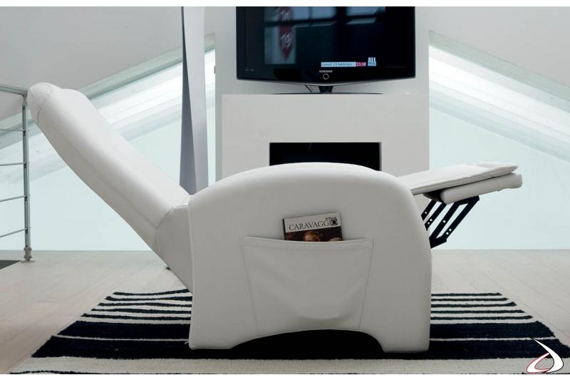 Poltrona con meccanismo relax che permette il sollevamento poggiapiedi