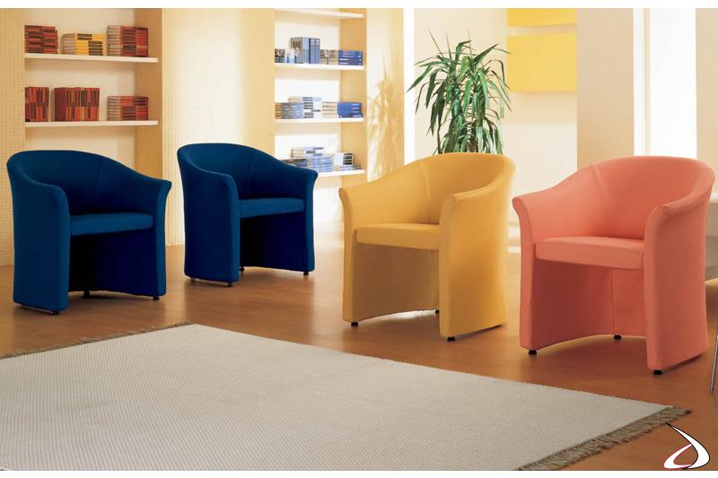 Poltrone colorate dalla forma arrotondata e accogliente.