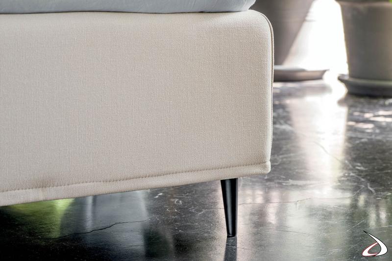 Letto moderno bianco in tessuto sfoderabile con piedini alti neri