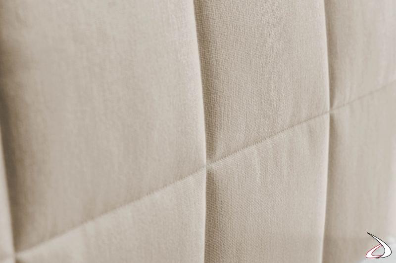 Letto con testiera imbottita rivestita in tessuto bianco sfoderabile