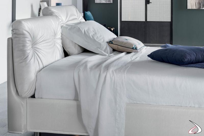 Letto  bianco con capitonnè e cuscini imbottiti reclinabili
