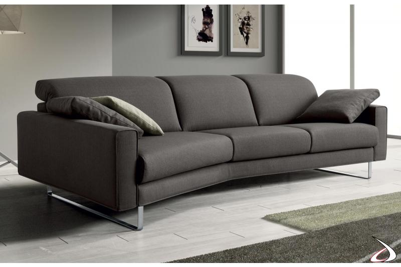 Divano moderno con chaise lounge e bracciolo stretto