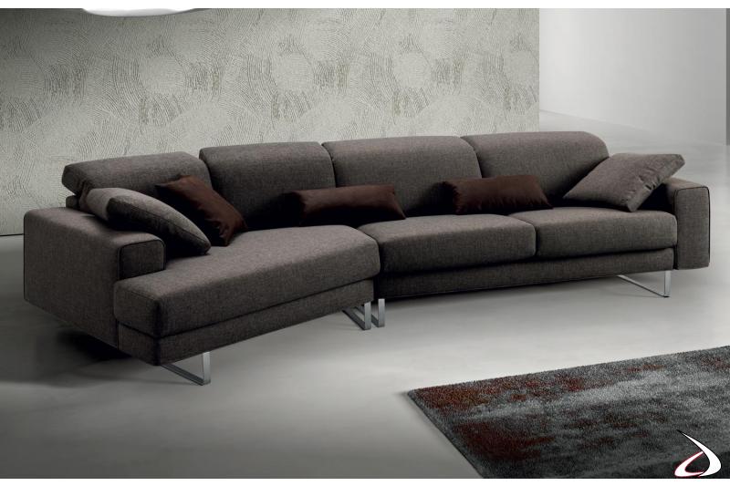 Divano moderno con chaise lounge e piedini alti