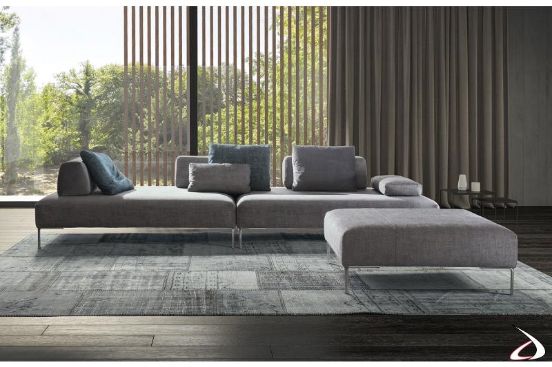 Divano design da centro stanza con piedini alti e schienali spostabili