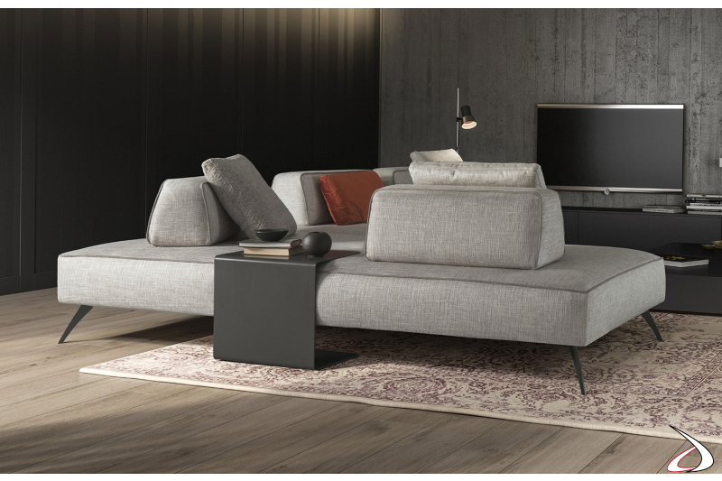 Divano design componibile da centro stanza con piedini alti e schienali movibili