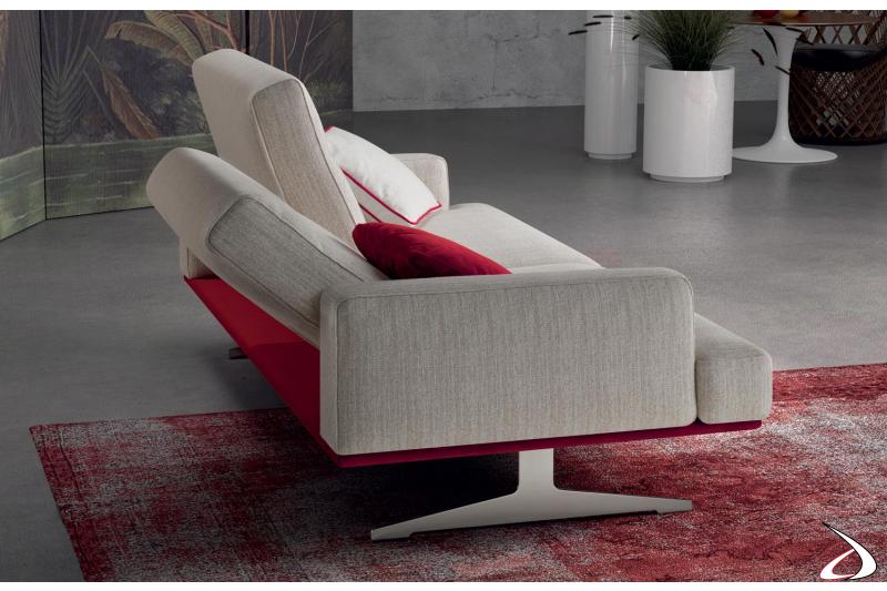 Divano di design con piedini alti e schienali reclinabili