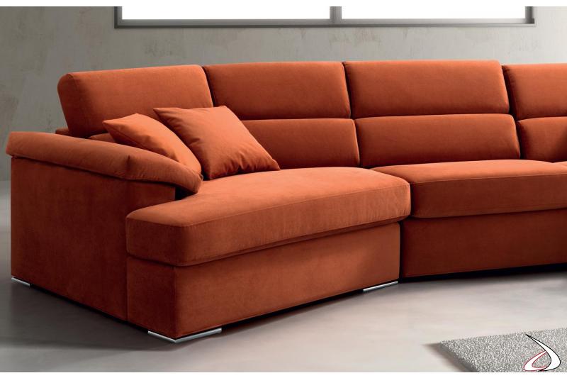 Divano moderno colorato con chaise lounge