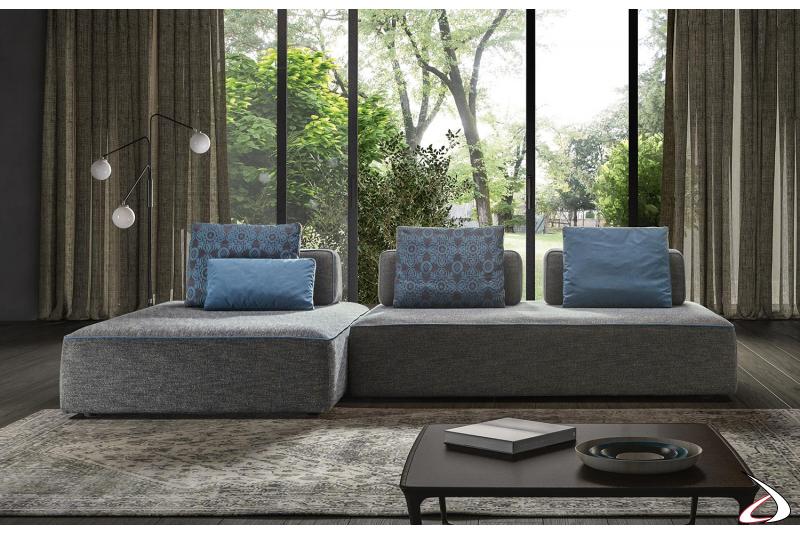 Divano salotto di design in tessuto con piedini bassi e schienali spostabili