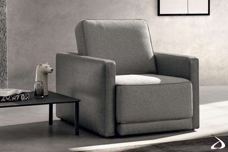 Poltrona imbottita da salotto o camera con seduta scorrevole e braccioli stretti
