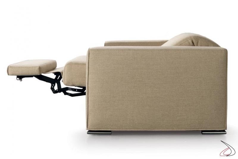 Poltrona con poggiatesta reclinabile e sistema alza piedi