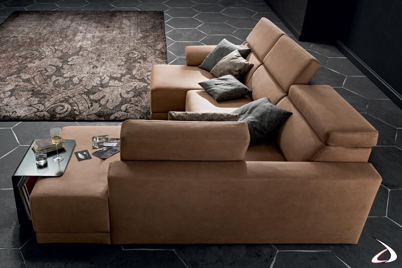 Divano di design con penisola e tavolino dotato di sedute scorrevoli e poggiatesta reclinabili