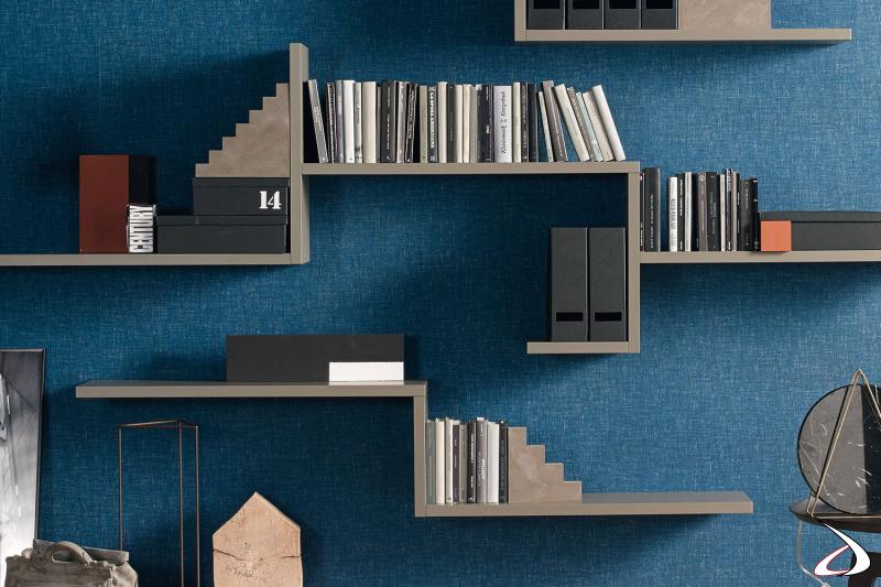 Libreria moderna a muro con mensole sospese verticali e orizzontali