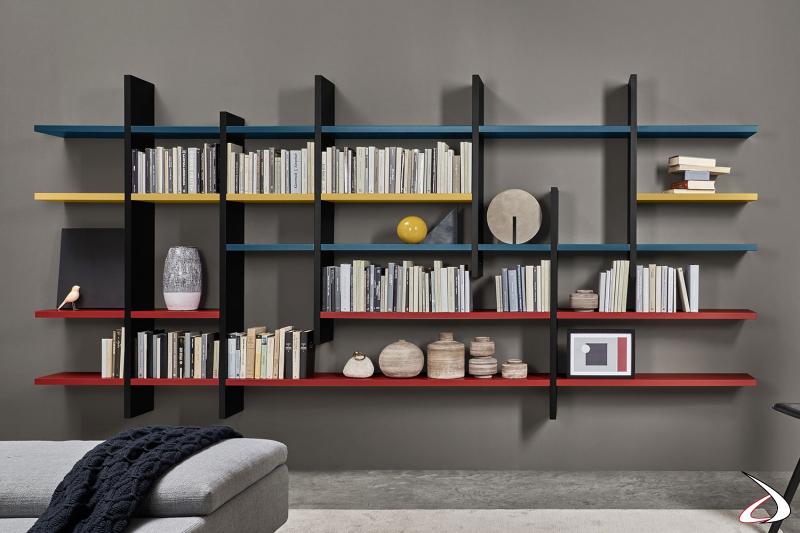 Libreria sospesa di design componibile con divisori e ripiani colorati in laccato