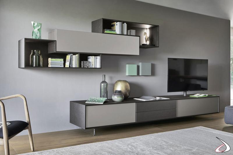 Soggiorno di design con base su piedini trasparenti e supporto tv orientabile